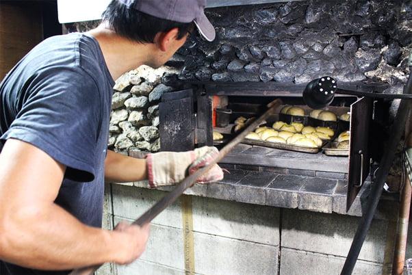 石窯でパンを焼いています