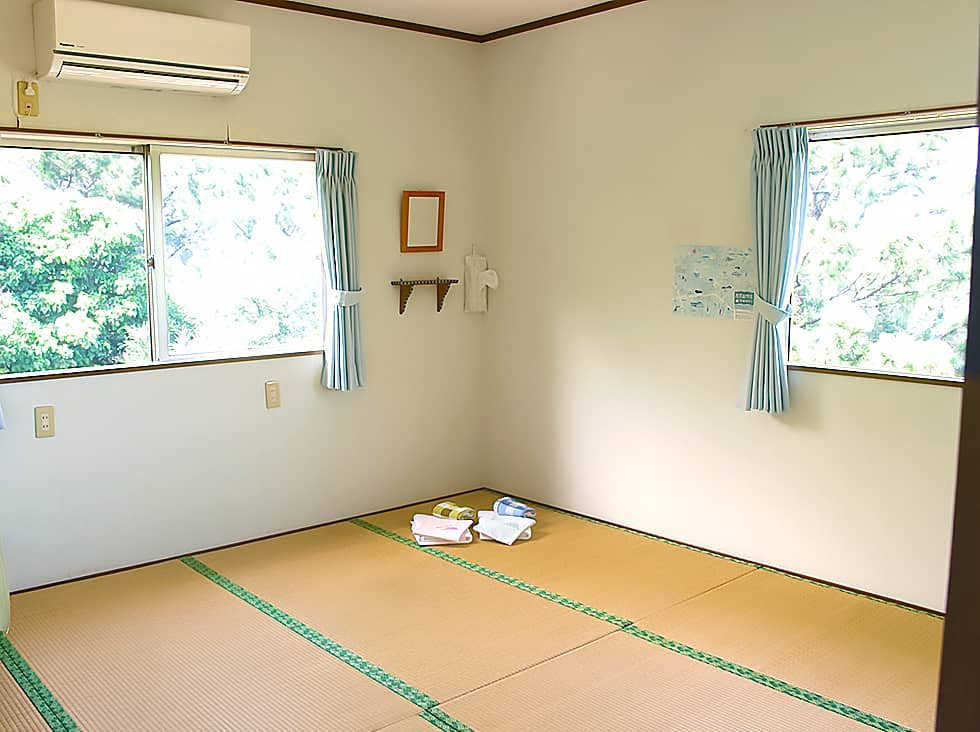光の差し込む畳の部屋